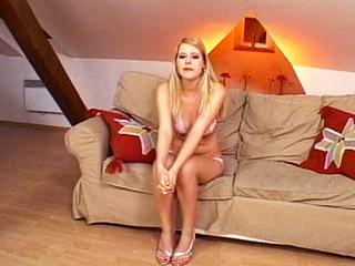 Téléchargement de Première vidéo pour blondinette chaude comme la braise !