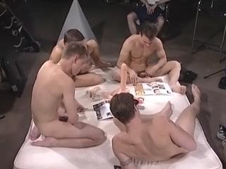Téléchargement de Soirée sextoys pour jeunes gays en chaleur