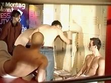 Qui veut savoir ce qui se passe sous les douches au sport ?