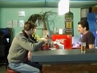 3 jeunes gays baisent dans un bar