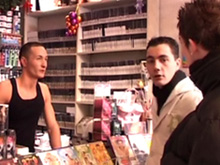 Une visite au sex shop qui tourne au plan cul