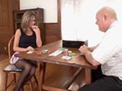 Un vieux se tape la copine de son fils au salon