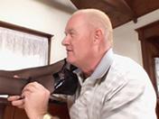 Un vecchio si scopa l'amica di suo figlio nel salotto