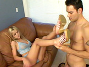 Branlette avec les pieds pour blonde pulpeuse.