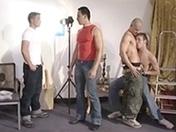 Partouze en studio et beaux gays avec pectoraux