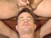 Jeune couple gay parle et baise