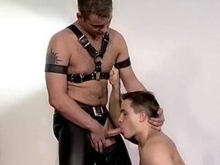 Gode dans le cul et bourrage de fion entre gays