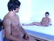 Couple gay sur lit de velours et baise sans détour