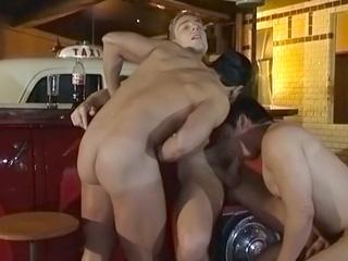 Téléchargement de Un bar pour nudistes gays accueille un tournage porno