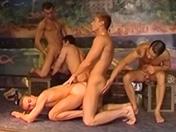 Une troupe de danseurs se rendent dans une boite de nuit privée