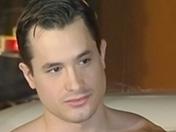 Un bar pour nudistes gays accueille un tournage porno