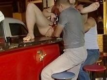 3 gays jouent avec un gode dans un bar américain