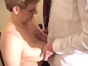 Docteur pervers pour vieille blonde à lunettes