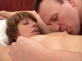Une brune se fait dézinguer par son docteur