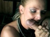 Elle le suce et partage son sperme