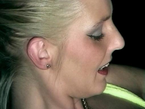 Elle lui pisse dans la bouche et se fait baiser.