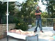 Un paparazzi indiscret se fait baiser au bord de la piscine