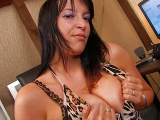 Belge stripteaseuse hyper bonne s'essaye au cul !