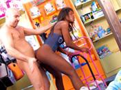 Black enculée dans un magasin de jouet !
