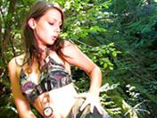 Jeune brune se fait mettre sur un rocher dans la forêt - HD