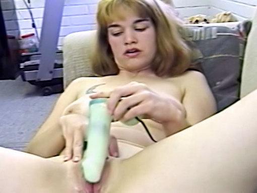 Masturbation en gros plan - Une plantureuse rousse prend du bon temps allongée sur son canapé. Ses mains courent sur sa grosse chatte épilée, son doitée se fait de plus en plus intense sur son clito qui gonfle. De plus en plus humide, ses gémissements s'intensifient et lorsque qu'elle entame un godage intense avec un gros vibro, on sent bien qu'elle est à la limite d'exploser. Exhibant son sexe béant devant la caméra, elle finit par jouir.
