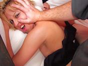 Blondasse se fait dérouiller en petits dessous sexys !