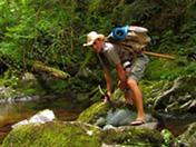 Un explorateur sauve et encule une jolie brune - HD