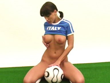 Italienne supportrice pour strip sexy !