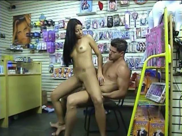 Una brunetta dalle grosse tette pompa e scopa per pagarsi i lavori !