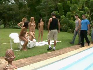 Belle brésilienne prise au bord de la piscine