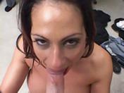 Une brunette aux gros seins suce et baise pour payer la facture !