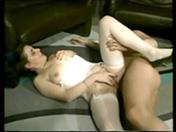 Couple sur le divan et bonne baise en avant
