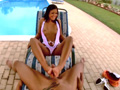 Brunette à la piscine des fétichistes