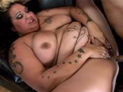 Grosse tatouée se fait remplir par un vieux pervers !