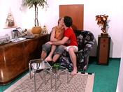 Couple de jeunes baise dans le salon
