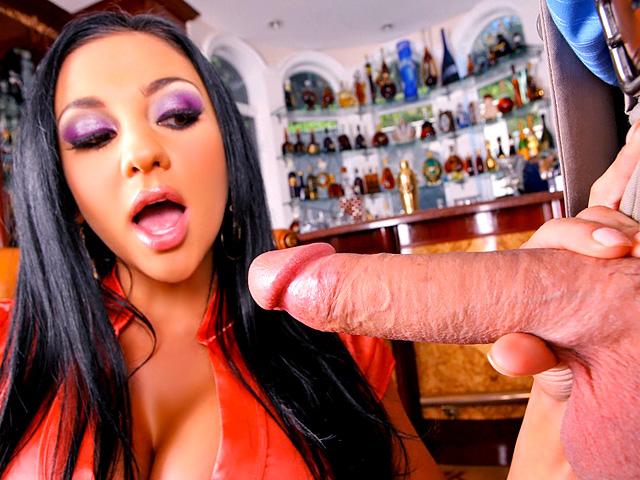 Audrey Bitoni une brune salope de 24 ans se fait baiser dans un bar