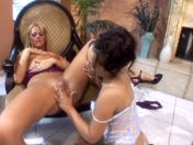 LÂ'après-bain sexuel de deux lesbiennes