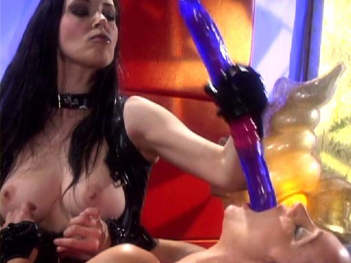 Maîtresse lesbienne en pleine séance de domination