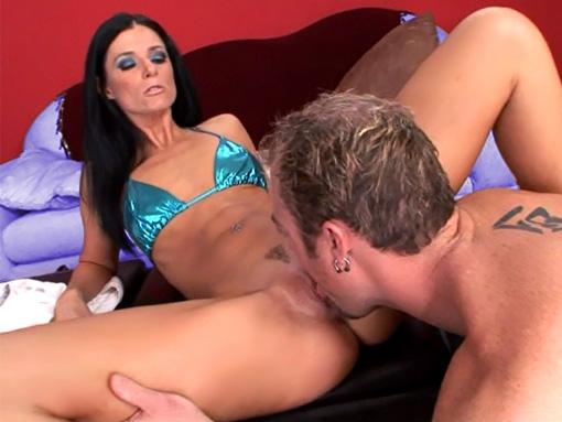 Mature en bikini souffre sur le sofa !