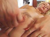 ¡Tres tíos bien dotados para el culo de una tía! video porno