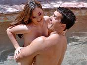 Une asiat baisée au bord de la piscine