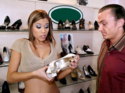 Passion du pied dans un magasin de chaussures !