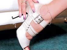 Blondinette fait des pieds et des mains !