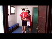 Trio de footballeurs dans les vestiaires