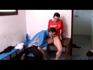 Un entraineur encule son joueur