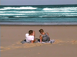 Minets punks sur plage naturiste