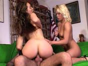 Femme dÂ'affaire et sa secrétaire baisent un client