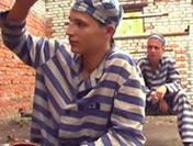 Des détenus s'offrent une tournante avec un maton