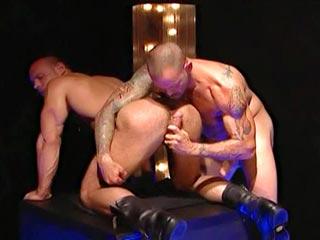 Barbu accro du cul pilonné avec ses bottes en cuir videos gay