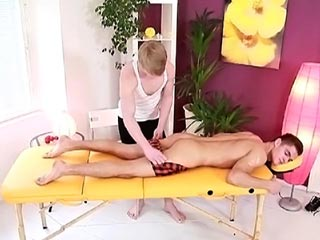 Masseur gay fourré sur sa table videos gay
